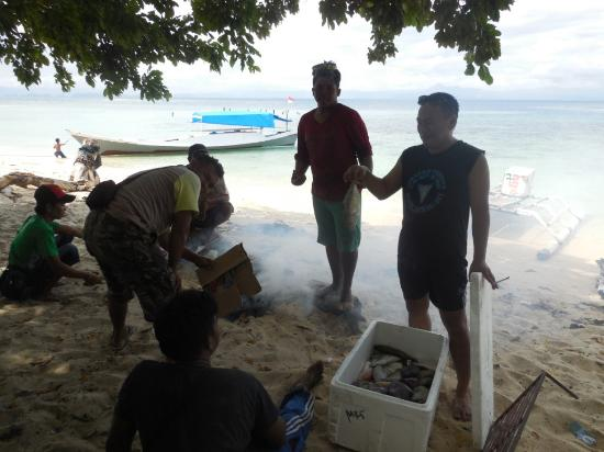 South Sulawesi, Indonesien: Bakar ikan di Pulau Langkadea