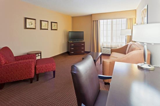 Holiday Inn Express Ashtabula-Geneva: Our Two Bed Suite with sleeper sofa can accommodate a family of 6.