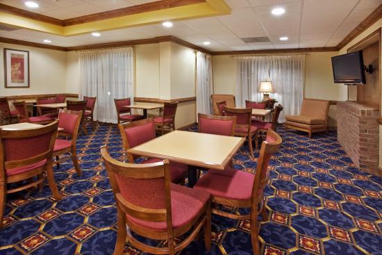Holiday Inn Express Hotel & Suites Byron: Holiday Inn Express Byron, GA Breakfast Area
