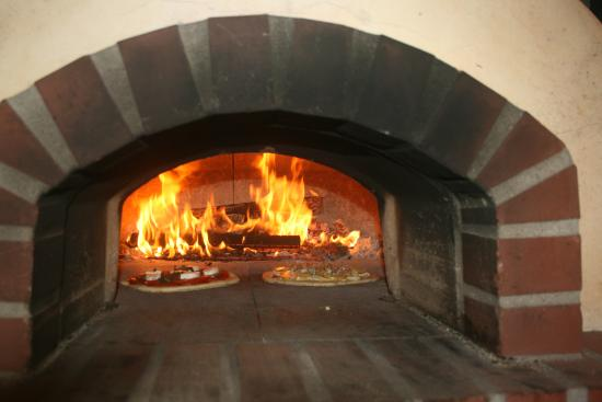 Westby, Висконсин: Gourmet wood-fired pizzas Fri, Sat, Sun through early October