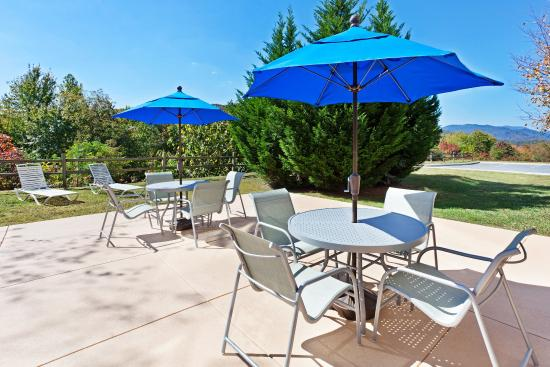 Holiday Inn Express Hotel & Suites Dillsboro: Guest Patio
