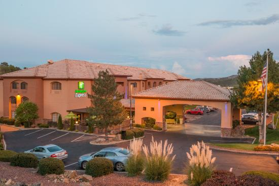 Holiday Inn Express Prescott: A view of our hotel in the evening