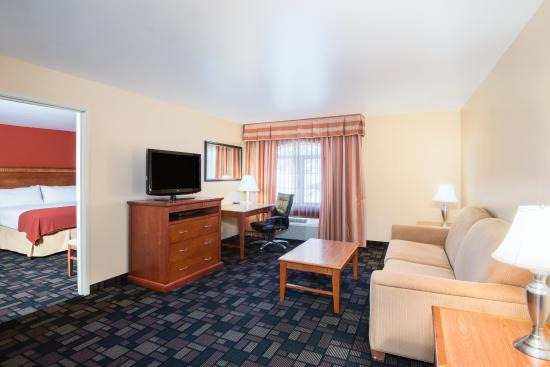 Holiday Inn Express Prescott: Spacious King Suite living area