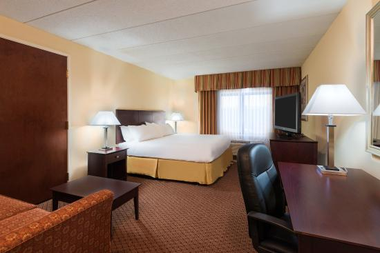 Holiday Inn Express Richmond Airport: Enjoy one of our spacious King Bed Rooms with a pull out sofa!