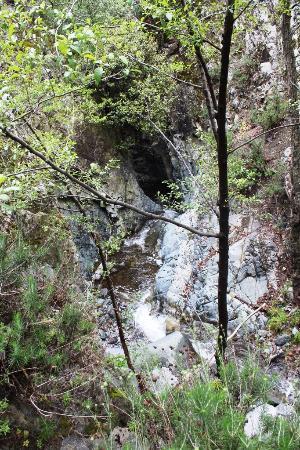 Millomeris Waterfalls: Река течет в каньоне