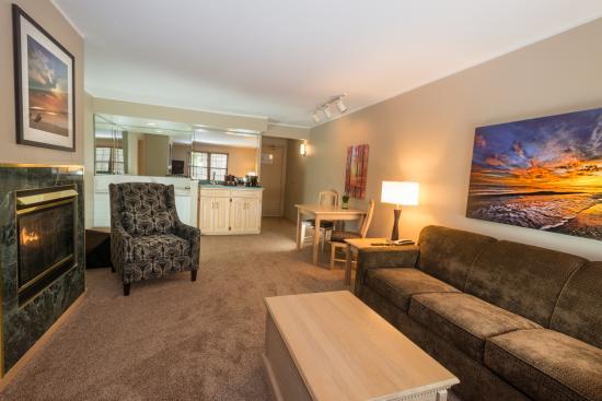 Egg Harbor, วิสคอนซิน: Grande Whirlpool Suite Living Room