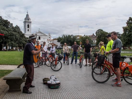 La Bicicleta Naranja Tours: ... meeting characters and musicians in Recoleta close to the cementary