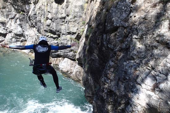 Pyrénées-Autrement : joli saut en canyon