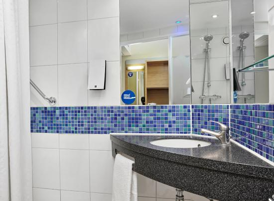 Holiday Inn Express London-Newbury Park: Guest Bathroom
