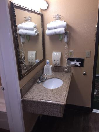 Americas Best Value Inn Bakersfield: Sink is clean