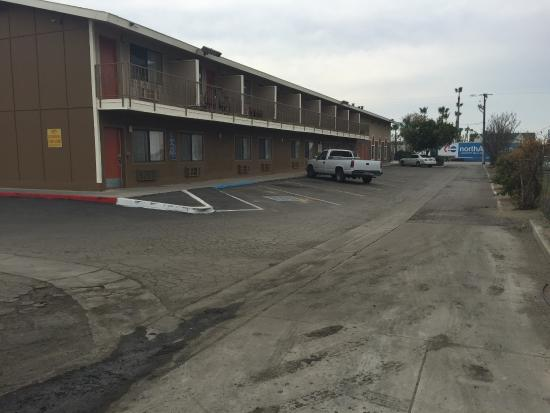 Americas Best Value Inn Bakersfield: Huge parking lot