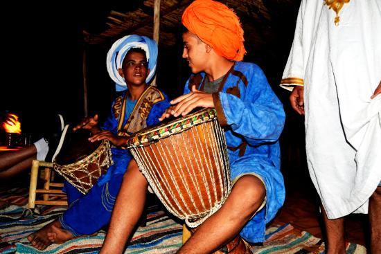 Desert Tripper: Maravillosa noche en el desierto, comida marroquí e increíbles conciertos de música tradicional.