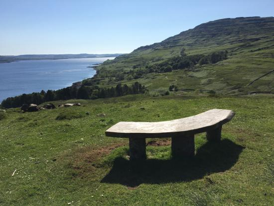 Tiroran House Hotel: A sitting bench to admire the Burg from afar.