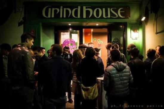 Grind house music pub castelnuovo di garfagnana for House music 90