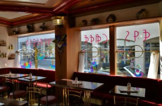 Eis Cafe Venezia: Particolare della sala interna della gelateria con le vetrate decorate e due coppe gelato presen