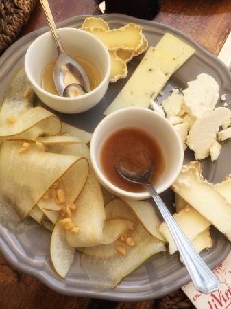 Enoteca DiVinorum: Apple and cheese plate with honey