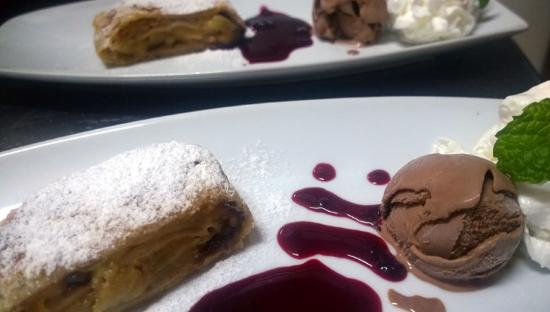 Scout's Place Restaurant & Bar: homemade apple strudel