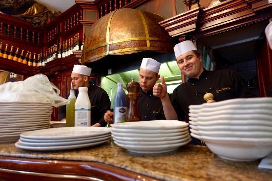 Comme Chez Soi: Visble kitchen and chef