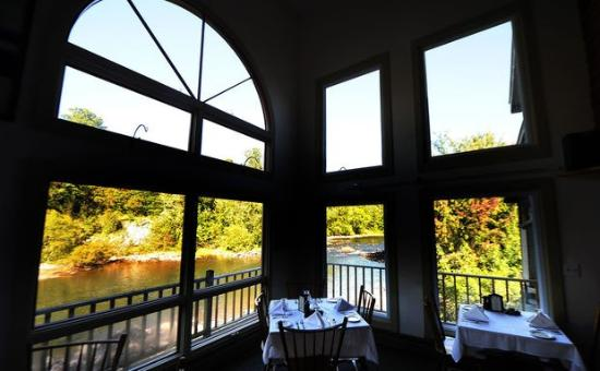 Warrensburg, NY: Our dining Room with spectacular views of the Schroon River!