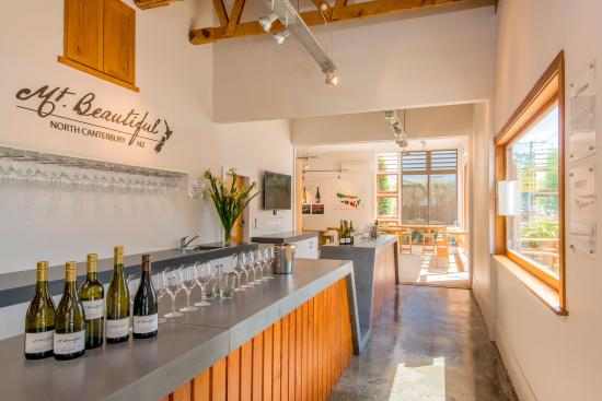 Cheviot, Νέα Ζηλανδία: Mt. Beautiful Tasting Room Counter