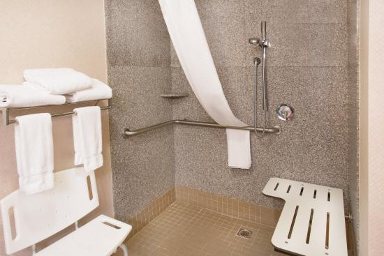 Yreka, Californien: ADA/Hearing accessible Guest Bathroom with roll-in shower