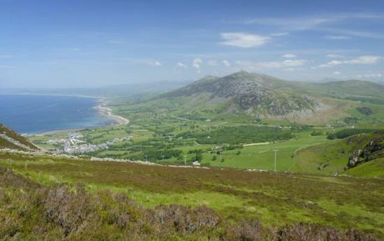 Clynnogfawr, UK: Looking North towards Clynnog Fawr from the Wales Coast Path