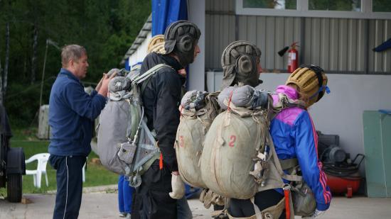 Kozelsk, Rusia: Прыжки с парашютом для перворазников и спортсменов.