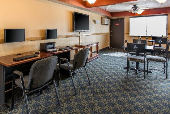 Econo Lodge Inn & Suites: Business center