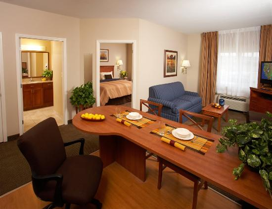 Avondale, Луизиана: Families enjoy our spacious suite with living area.