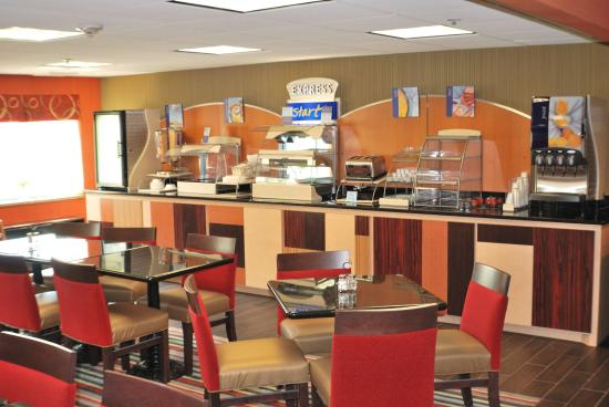 Holiday Inn Express Nashville W-I40 / Whitebridge Road: Don't miss the Free Express Breakfast Bar