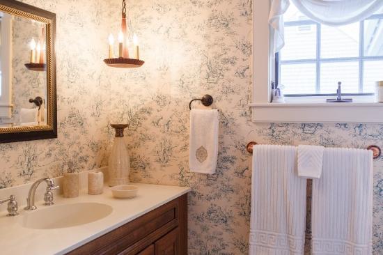 Inn at Siders Lane Bed & Breakfast: Pineapple Room Bath