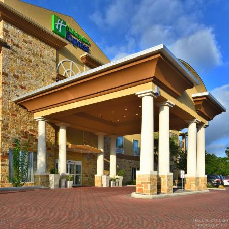Holiday Inn Express & Suites Fredericksburg: Hotel Exterior