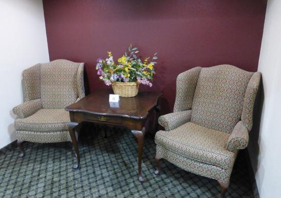Piqua, OH: Lobby Sitting Area