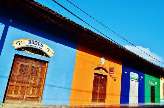 Granada, Nicaragua: 色彩豊かなとおり