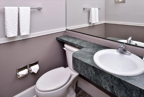 Sandpoint, ID: Guest Room Bathroom