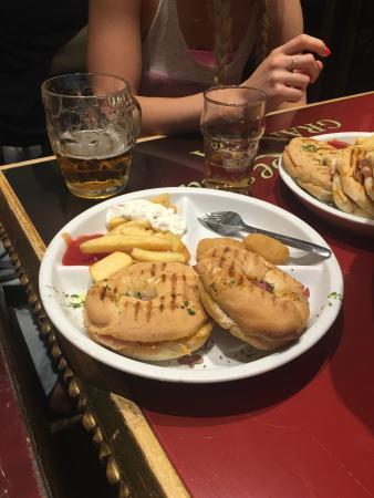 Restaurante bodegas la bella y la bestia ii en granada con for Grifos y tapas granada