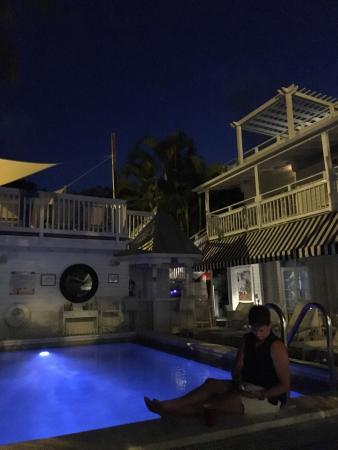 Alexander's Guesthouse: Pool at night. 3 sunbathing decks!