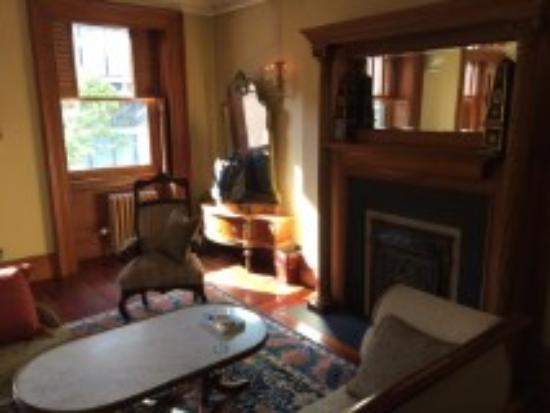 The Inn at Irving Place: Most rooms have a sitting area, this one was quite large. 3rd floor with lots of light.