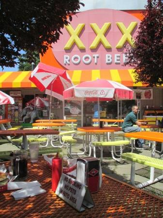 Issaquah, Etat de Washington : Outdoor dining at XXX RootBeer