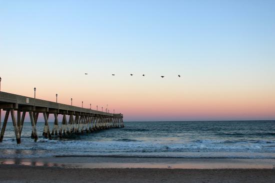 Ocean Isle Inn: Pier with a sunset
