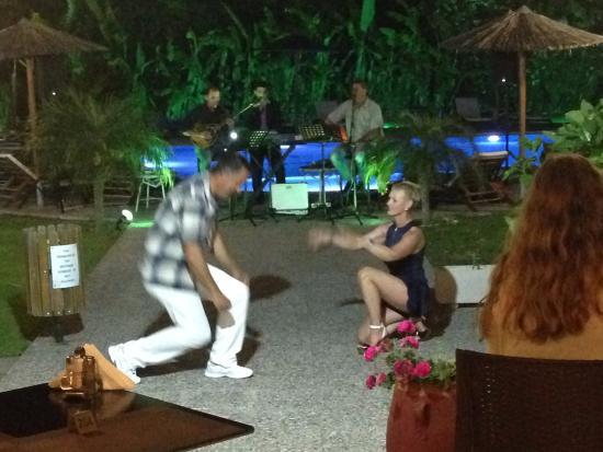 Paradisi, กรีซ: Soirée Grecque, Nicky et sa compagne nous offre une danse folklorique.