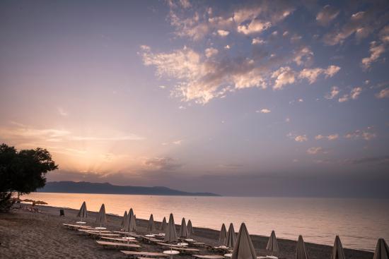Blue Dome Hotel: Beach