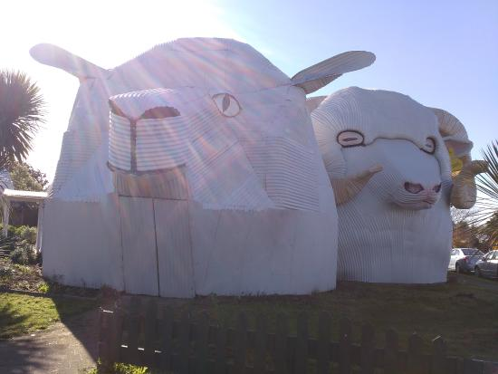 Dog and Sheep Shaped Corrugated Metal Buildings Foto