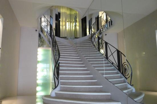 The famous staircase to mademoiselle coco 39 s apartment for Chanel locations in paris
