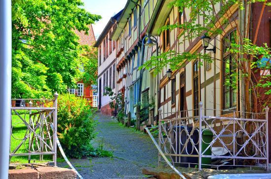Alfeld (Leine), Германия: Fachwerkhäuser auf dem Kirchhof