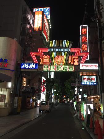 晚上依舊繁華的食街及購物街