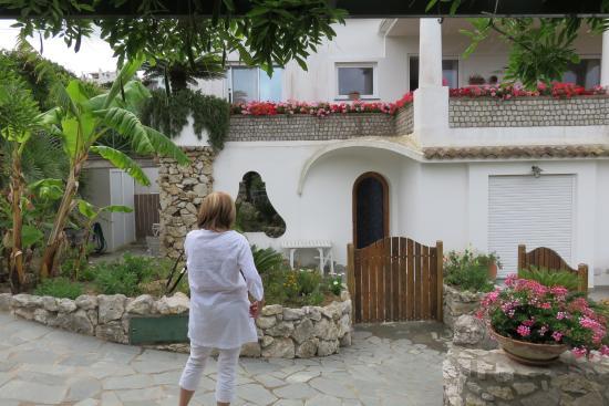 Al Mulino: vista dell'ingresso della suite con giardino