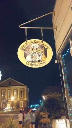 Pittsboro, Kuzey Carolina: Beckoning sign