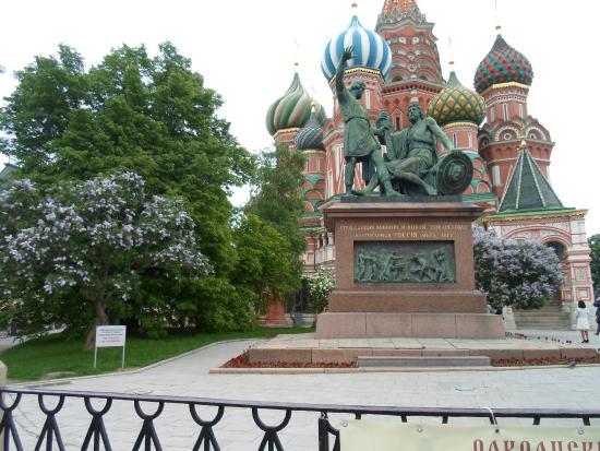 Minin & Pozharsky Monument: Памятник и Покровский собор великолепно смотрятся среди цветущих кустов сирени