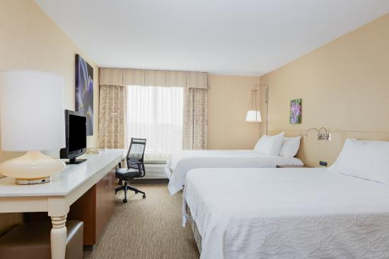 Hilton Garden Inn Folsom: Standard room with double queens, large work desk.